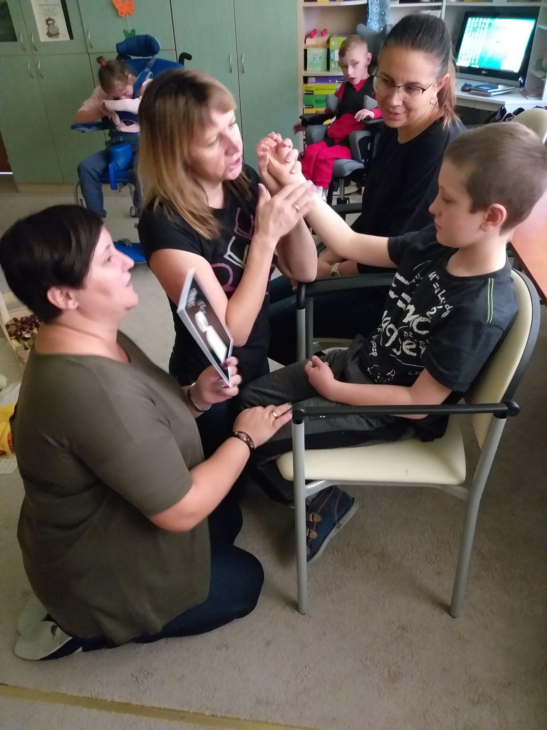 na zdjęciu terapia ręki - chłopiec