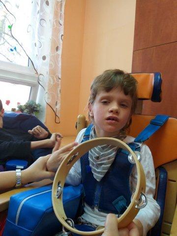 na zdjęciu chłopiec - zabawa tamburynem