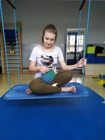 na zdjęciu dziewczynka na zajęciach rehabilitacji