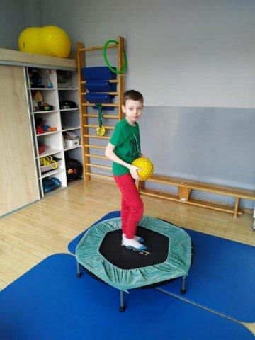 na zdjęciu chłopiec na zajęciach rehabilitacji