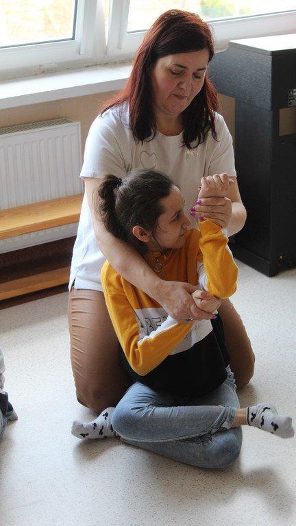Na zdjęciu dziewczynka z Panią Terapeutką