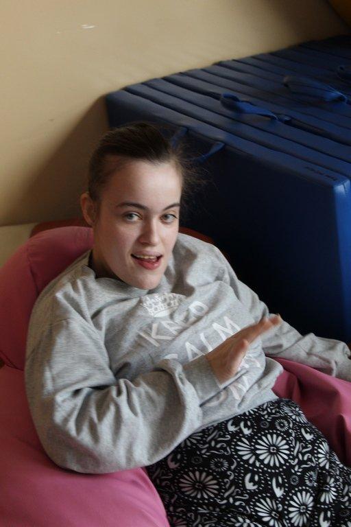 Na zdjęciu dziewczynka na pufie
