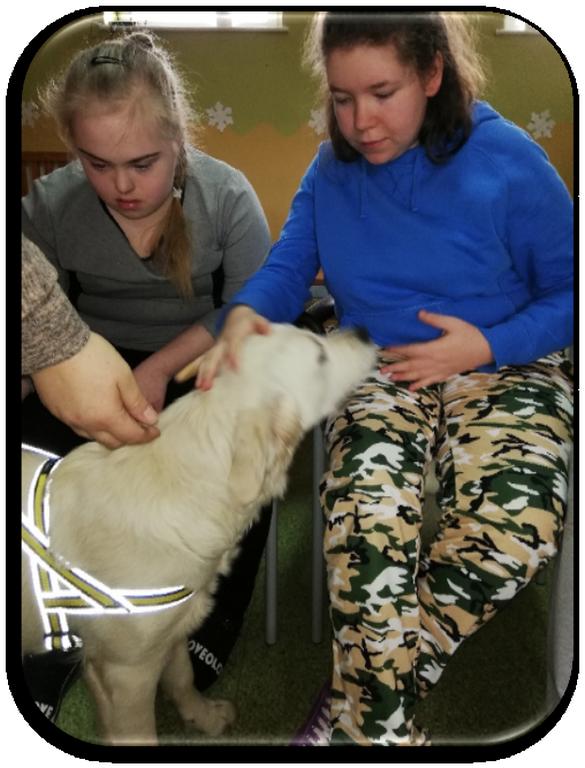 zajęcia z dog terapii - dziewczynki z psem