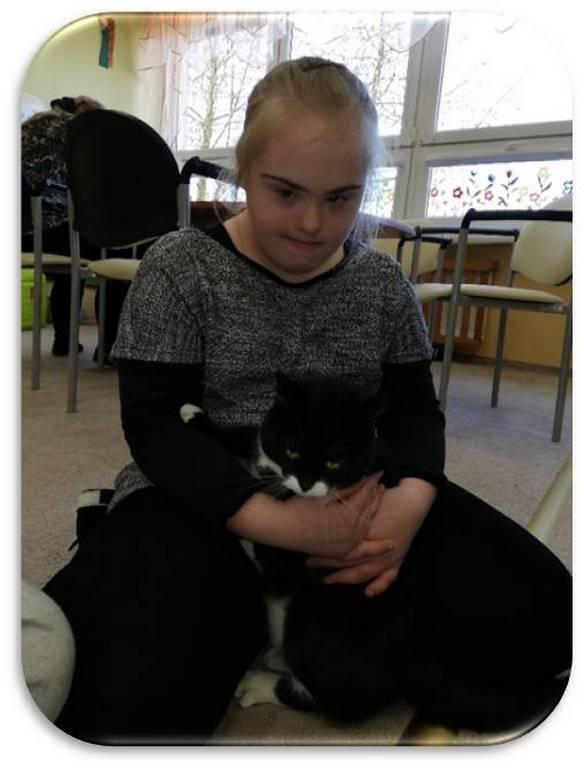 Felinoterapia - na zdjęciu dziewczynka z kotem