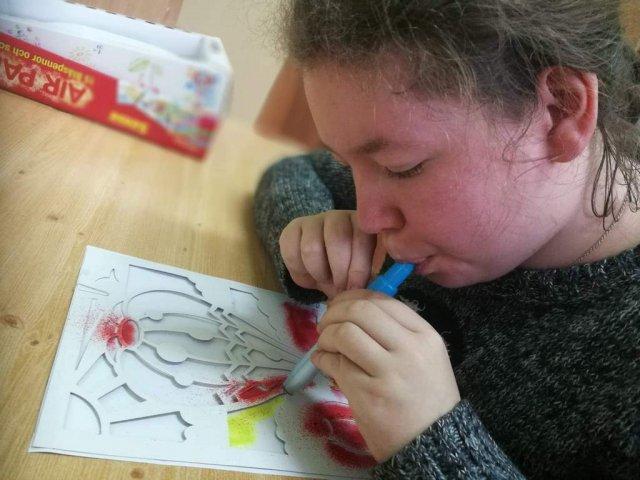 na zdjęciu dziewczynka malująca pracę plastyczną