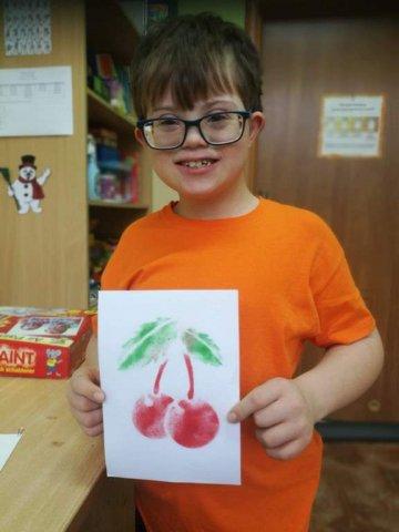 na zdjęciu chłopiec z gotową pracą plastyczną - wisienki