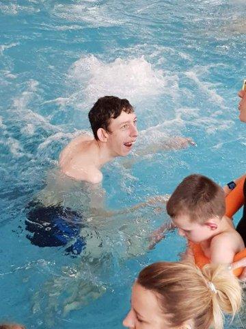 zajęcia na basenie - na zdjęciu dwójka dzieci i pani terapeutka w basenie z hydromasażem